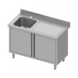 Table inox à dosseret avec un évier à gauche et portes battantes
